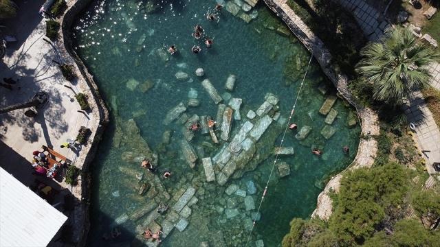 Pamukkale'de antik havuz sıcak havada da ilgi görüyor
